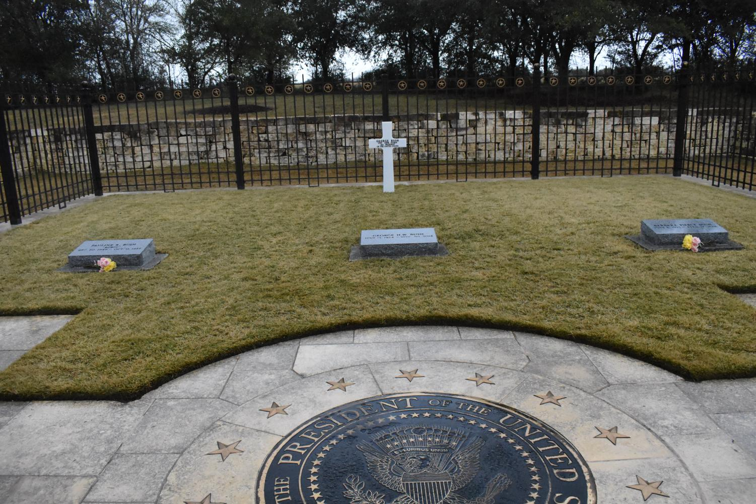George+H.W.+Bush+is+buried+next+to+his+wife+Barbara+and+daughter+Robin.