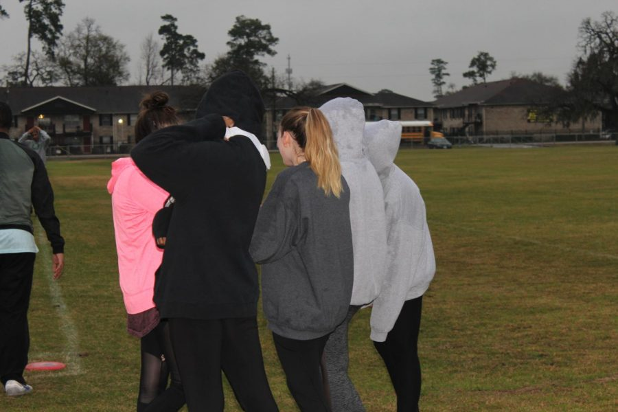 Players+huddle+together+to+keep+warm.