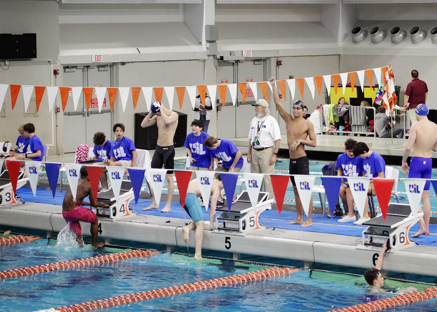 Swimmers+preparing+to+start+the+race.